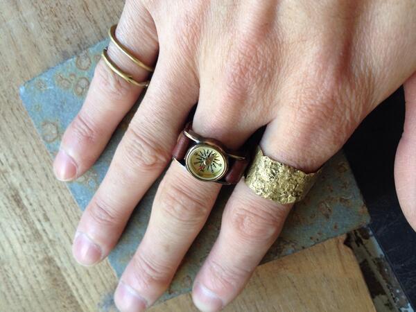 foretより旅人の指輪(¥11.025)が3点限定で入荷致しました。  コンパスを指に落とし込むリングは、ベルトタイプなのでサイズ調節も可能。