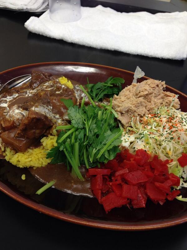 お店:カレーは飲み物 より、黒い肉カレー中盛り トッピングは福神漬け、パクチー、ツナマヨ http://t.co/gcs9jvNEjN