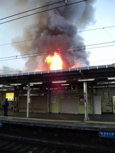 十三駅1号線ホーム裏で火災発生。なお、電車は動いている模様。 #阪急 #阪急神戸線 pic.twitter.com/eiXYOgvMiJ