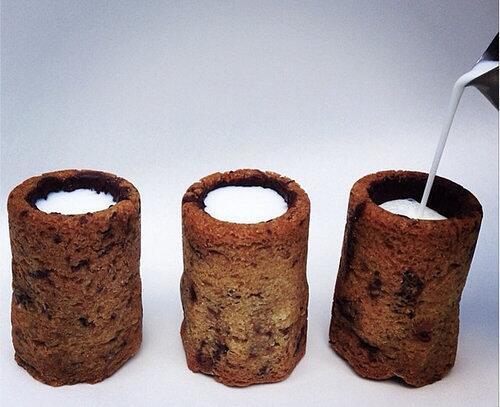우유에 초콜릿 쿠키를 찍어먹기가 너무 귀찮다구요? 그런 당신을 위해 초코릿 쿠키로 만든 컵이 나왔습니다! http://t.co/4JqcsagFe8