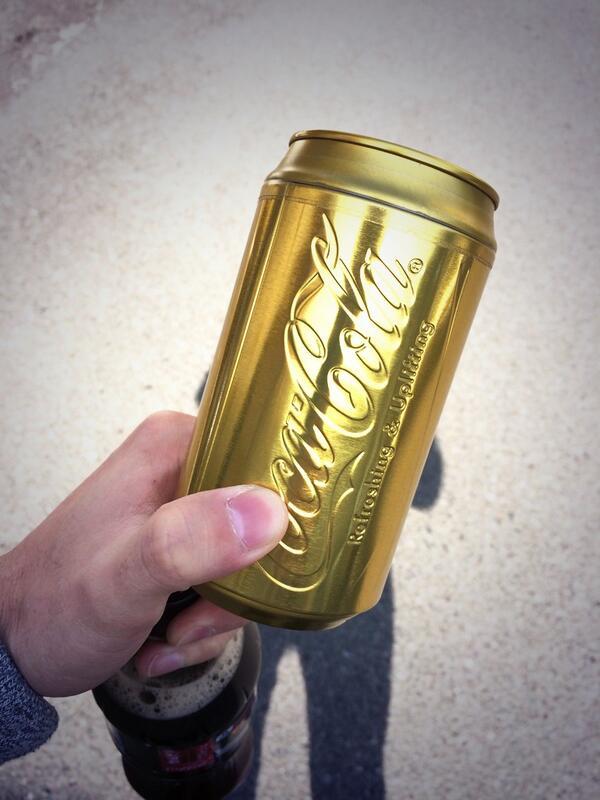 コーラ買ったら 自販機から金ピカのおまけ出てきた! 一瀬 http://t.co/eAEGAPD1Mw