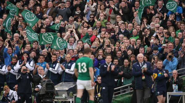 The crowd recognises Brian O'Driscoll as he leaves the field of play: #RTErugby http://t.co/h06sfhfo4e