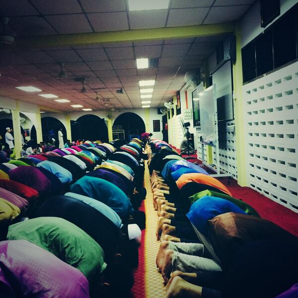Mrsm Taiping students performing solat hajat for Mas flight 370. People do care. #PrayForMH370 #MalaysiaAirlines http://t.co/3FmdjuXomb
