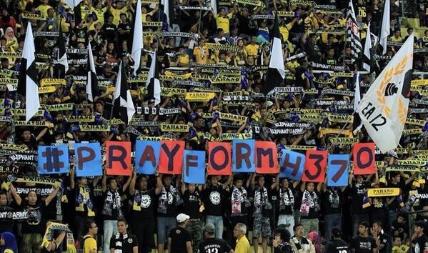 ภาพจากสนามฟุตบอลในลีกของประเทศมาเลเซีย #PrayForMH370 via @ElephantArmy http://t.co/7lcgWXKaMp