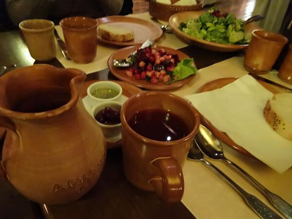 古代ギリシャの料理が食べられるお店「ARCHAION GEVSEIS」にて。サラダに柘榴が入っていたり、死んだ山羊にでかい包丁が突き立てられて出てきたりでまじ古代!しかも店員さんも古代服だしメニューが長大な参考文献付きだし…正気か