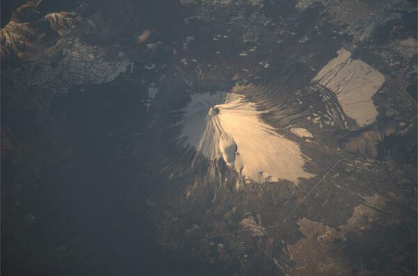 昨日の朝、日本付近の太平洋上空を通過した際に撮影した富士山です。 pic.twitter.com/GgDGB53MVq