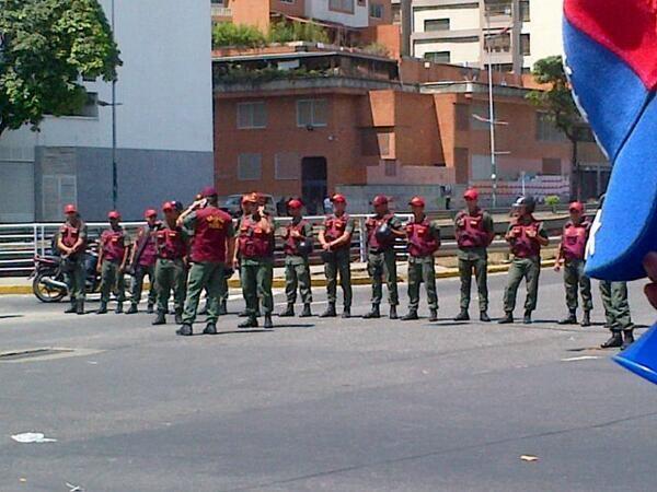 via @antonels: Guardia del Pueblo cierra calle en la Av. Libertador que sube a Las Palmas http://t.co/se84EdXxYt
