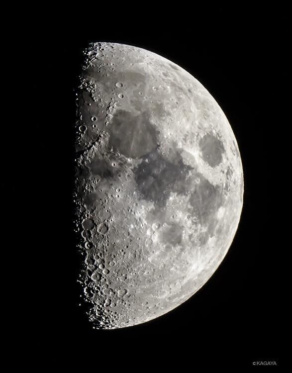今撮影した月です。今夜の月は望遠鏡や双眼鏡を使うとたくさんのクレーターが見えます。月の地形は欠けぎわが立体的に見えるのです。 pic.twitter.com/l5zOi85eTW