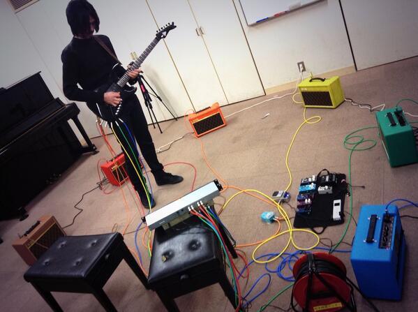 1弦につき1アウトプットのギター弾きました。6アウトプットです。スィープで自分の周りを音が走り抜けて面白かったです。 http://t.co/5AtnIpRNwC