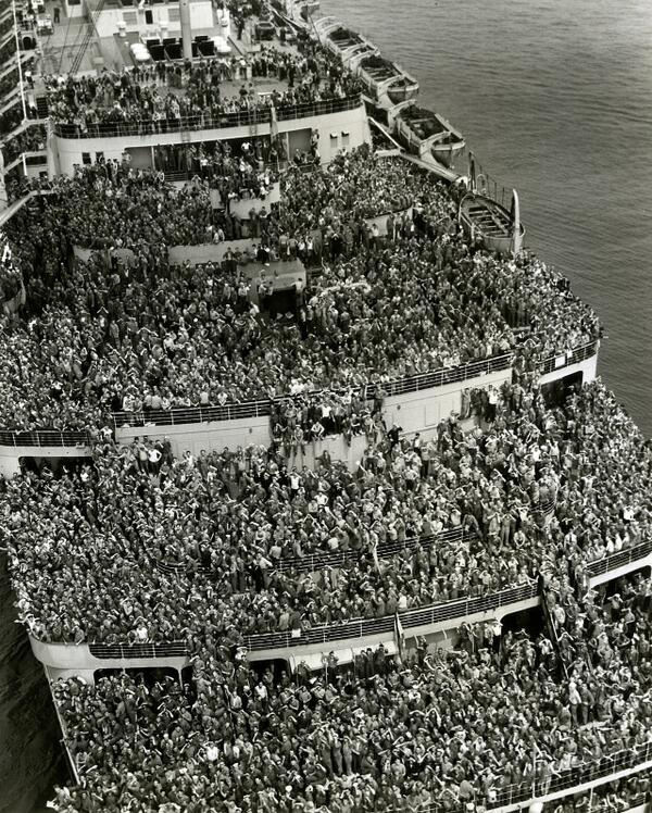 Crowded ship bringing American troops back to New York harbor after V-Day, 1945 http://t.co/0QpKeHeOxz
