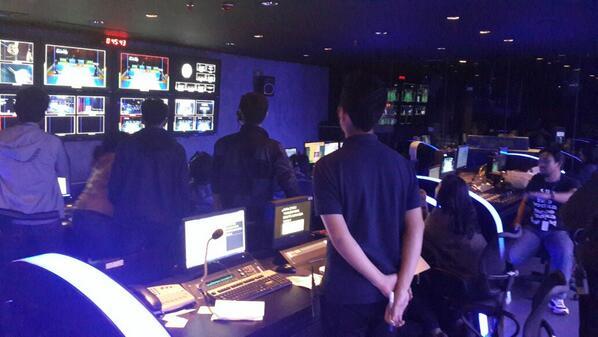 Suasana di control room @netmediatamahebbboooooohhhhh gilaaa demi owi-butet #NETAllEngland2014 http://t.co/UG3cOjWbO6