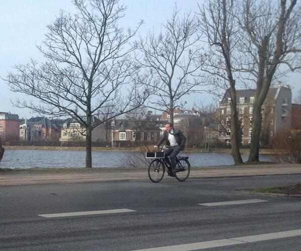 Sorry the Danish Foreign Minister had to work on a Sunday, but I like his transport form & style RT @RHybler #dkpol http://t.co/TlePVqv59h