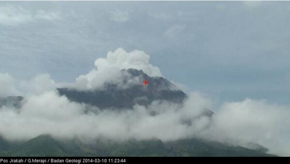 terekam hembusan di #Merapi dgn intensitas lebih kecil dari kejadian pagi tadi