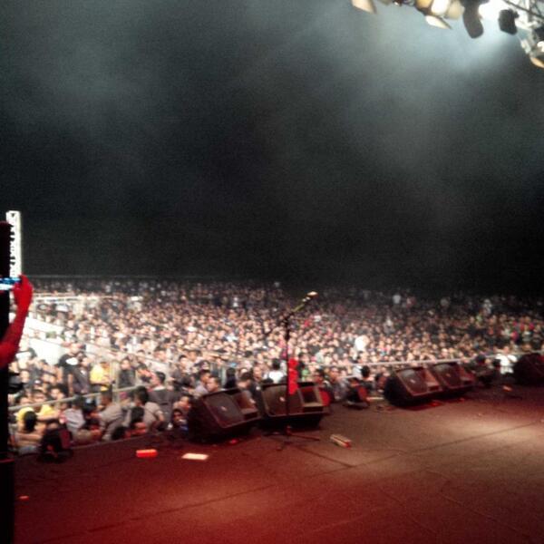 Ini aksi duduk spontan ribuan penonton Kukar Rockin Fest 2014 merespons kedzhaliman Testament thd Power Metal, keren! http://t.co/Dv0i1S2vvX