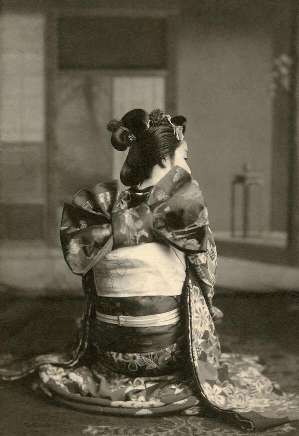 1910年代に大阪で撮影された舞妓の写真。 大阪の舞妓は京都とは異なり、帯を立て矢結びにし、髪型も江戸風にしていた。