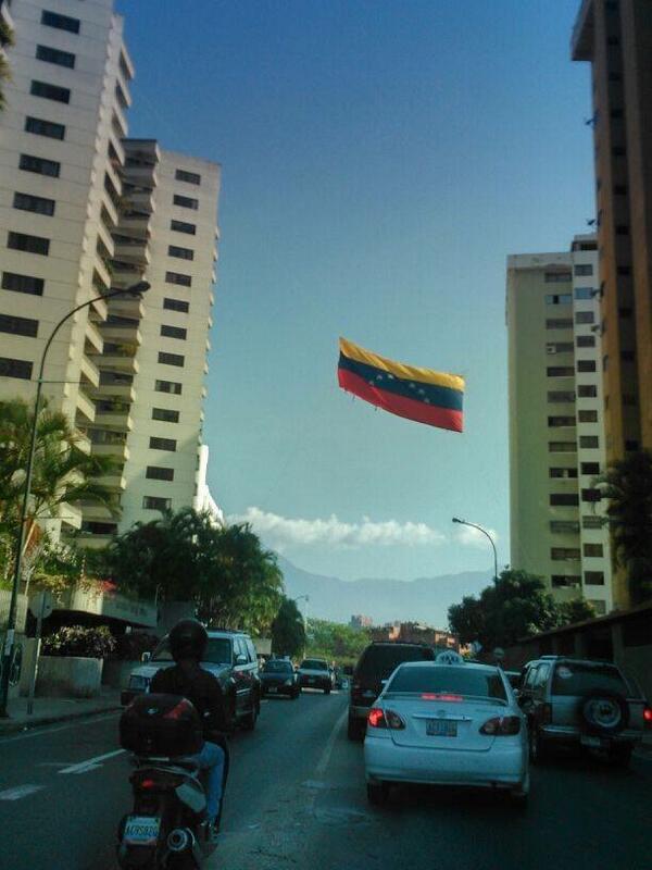 #11M #MaduroGenocidaDeVzla En Los Samanes hacen 15min http://t.co/BuOkLd7ASy  Que hermosa bandera ondeante con sus 7 estrellas