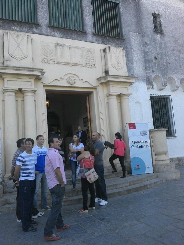 Comienzan a llegar los participantes de las #AsambleasCiudadanas a la Escuela Normal de Santa Fe. http://t.co/AFQ2zwGRJO