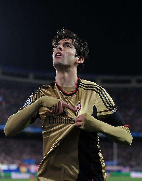 Ricardo @KAKA en el momento del gol, señalando el escudo del equipo de sus amores! @acmilan #ForzaMilan http://t.co/ffRzj2yS7m