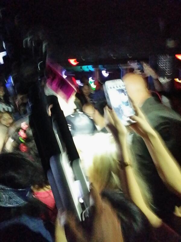 작년에 이어 SXSW 기간중 열리는 K-pop Night에 옴. 박재범이 나오기를 기다리는데 옆 사람들이 난리를 쳐서 보니 레이디가가가! 가운데 조명을 받아 회색으로 보이는 모자가 그녀.^^ http://t.co/9PAniHmJ4a