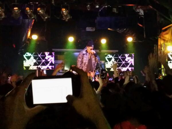 SXSW K-pop night에 박재범 등장. 레이디가가는 내가 서있는 바로옆 조명부쓰에서 보고 있는 중.ㅎ http://t.co/0dgFam7c8j