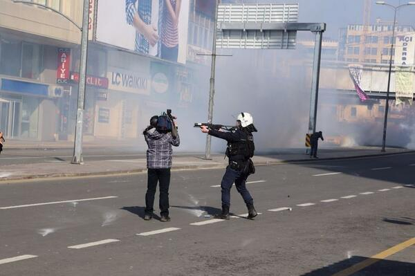 Glory to journalists everywhere, in Egypt and in Turkey. Pic is in Ankara, Turkey.  http://t.co/jRUWmp19HD
