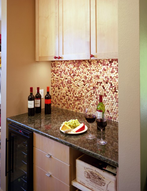 This cork backsplash is perfect for an in-home wine bar - what do you think? #DIY #wine http://t.co/BL9dtdMnod