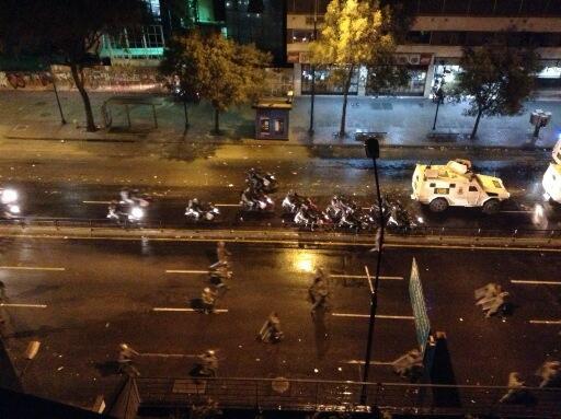 GN arremete con todo en Chacao! Ballenas, tanquetas, efectivos! 8:48 pm. Av. Fco Miranda http://t.co/b299rW4ocC