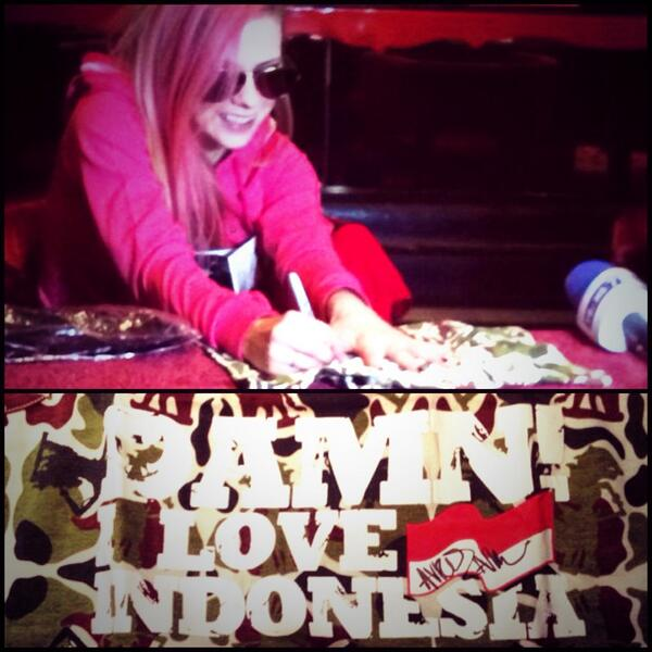Avril Lavigne giving her autograph for @damniloveindo! Thanks for making it happen @MikeLewis_ML http://t.co/QKClG0HHG1