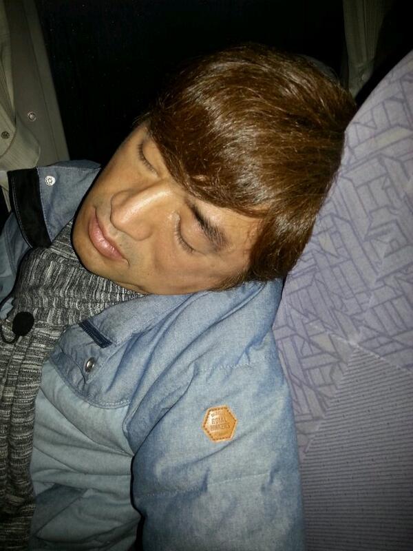 こいつが寝てっからツイートしてやる。ロケバスで孤独な俺より。