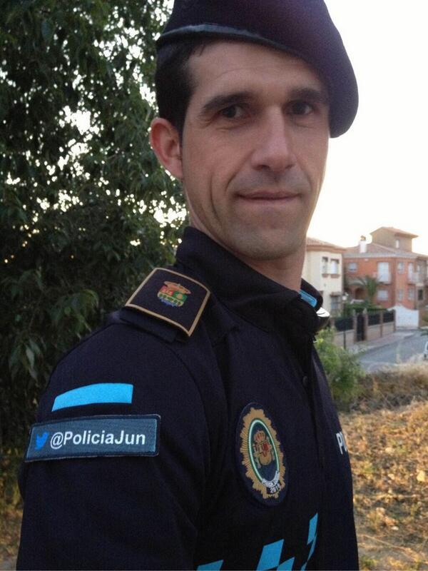 #Police officers in Grenada, Spain have their Twitter handle on their uniform! #smem RT @gordonmacmillan http://t.co/8VbMUWlu0W
