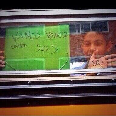 """Autobús escolar quedó en medio de marcha y niño de escribió en su cuaderno """"Adelante Venezuela"""" http://t.co/bxaYhLhBSJ"""
