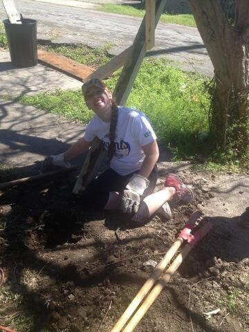 Building a fence for our homeowner. #ECasbNOLA14 @EmmanuelCollege http://t.co/bstm363bfq
