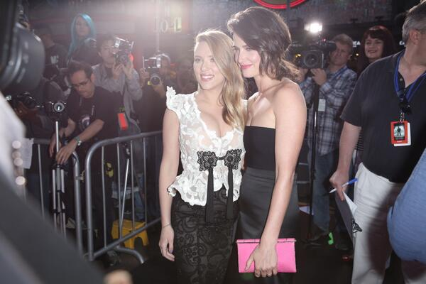 My favorite pic from the whole #CapWorldPremiere red carpet - I love that Scarlett & Cobie are BFF! Such kickassness. http://t.co/P2ZXW1p6Fq