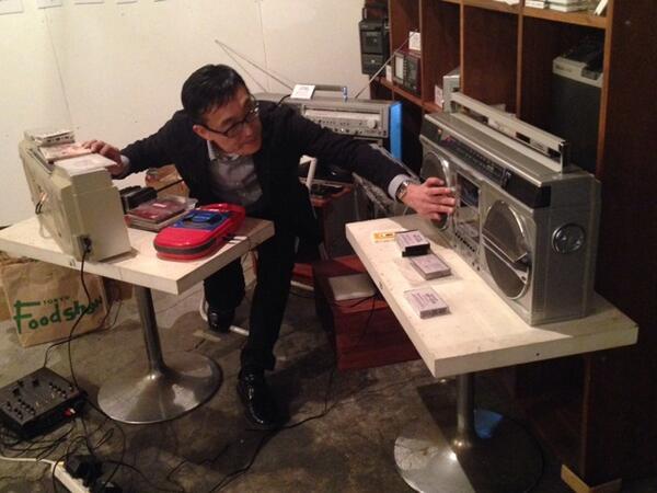 松崎順一氏のラジカセDJ始まりました。ラジカセ4台を駆使してのDJプレイ、圧巻!! http://t.co/4exIrbQO0L