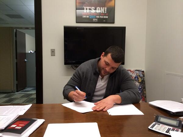 Made it official! So excited and thrilled to resign with the @Giants. Thanks to everyone for the continued support! http://t.co/d2q79PoBZ3