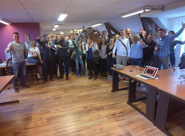 Groepsfoto #glassday RT @jkivit Just shared a photo #throughglass http://t.co/xTNxanGzYT