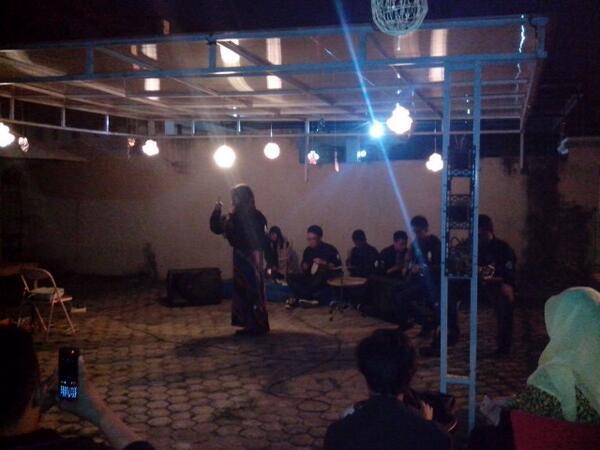 Teater Tubun dan Gembok ikut meramaikan #MalamPuisi .. Keren!! | cc : @MalamPuisi_PLG @MalamPuisi http://t.co/nlLiAGvquG