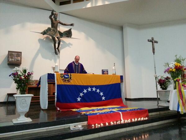 RT @VenMundoChile: Vzlanos en Chile caminan y ofrecen misa x #HijosDeVenezuela caídos en protestas (4/6)... http://t.co/SyLd1sFVkd
