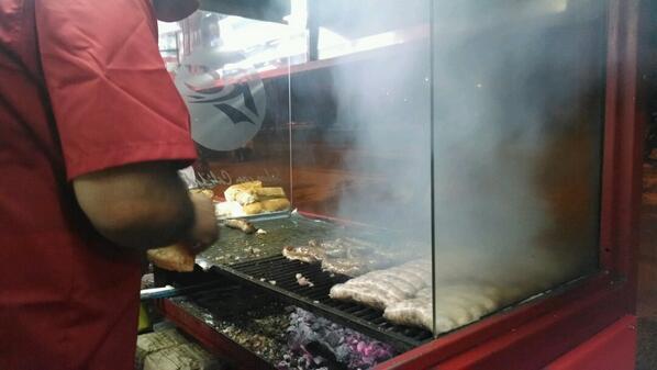Los mejores vende-humo del mundo #mundialdelchori #choripan http://t.co/BzSiH0DxBK