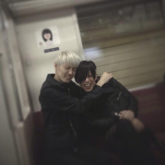 電車内でイチャイチャするノブとマーシー。 http://t.co/8s5AWUSoK4