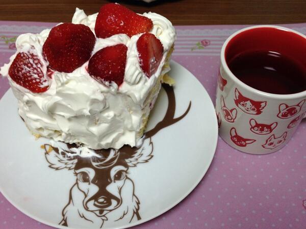 春の苺祭り中♪ この間のmofuwaさんの個展で購入した、カップとお皿で(*^^*) http://t.co/dkGb7fRU66