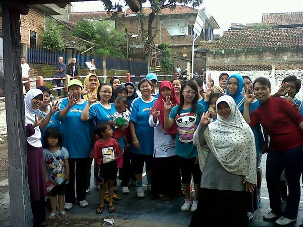 Ibu Runingsih (kerudung merah) bersama komunitas senam RW 18 Sadang Serang