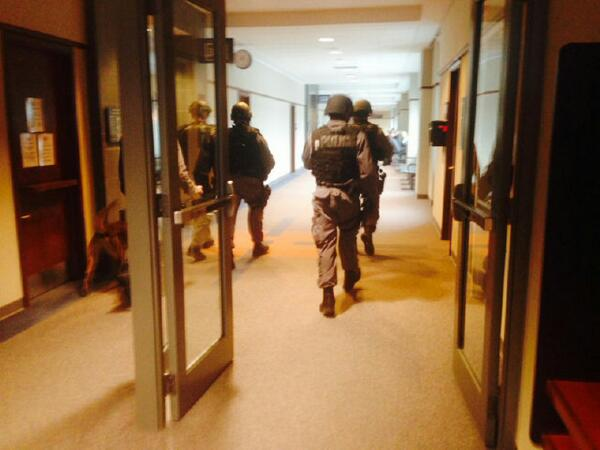 A picture from inside the #bramptoncourthouse. ETF officers from @peel_police scour the halls after the shooting http://t.co/ujhW1JPMr6