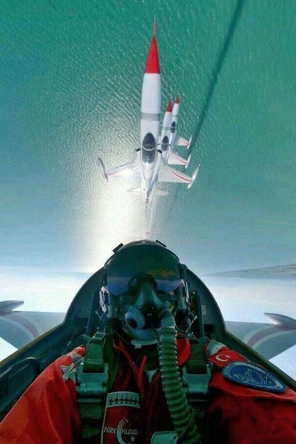 RT @AntonyLoveless: A seriously good #CockpitSelfie by one of the Turkish F-16 display pilots, inverted and flying in formation. Awesome. h…