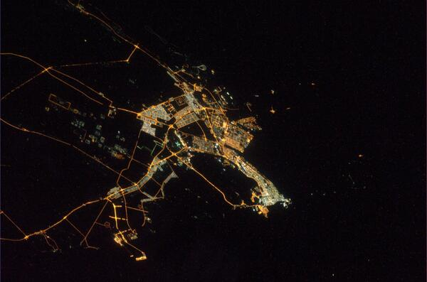 Abu Dhabi, United Arab Emirates.  The city light looks very bright through the clear air. pic.twitter.com/BU2OFAGyV1