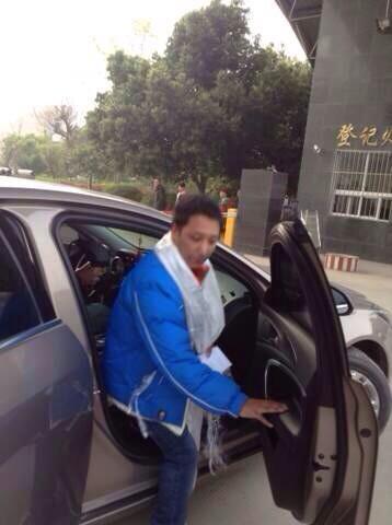 被判刑四年的藏人作家铁让今天出狱!——扎西热丹(Tashi Rabten,笔名铁让Therang):安多左格(今四川省阿坝藏族羌族自治州若尔盖县)人,被捕前是西北民族大学藏学院应届毕业生,著有记录2008年全藏抗议的藏文著作《血书》。 http://t.co/8QEzidmpfk