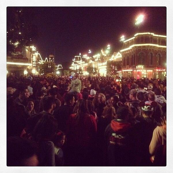 RT @PabloWeather: #earthquake Evacuations reported tonight at #Disneyland as a precaution. http://t.co/7SRjRs2HvA