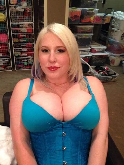 Cleavage for you! :D http://t.co/KQApSSRGv6