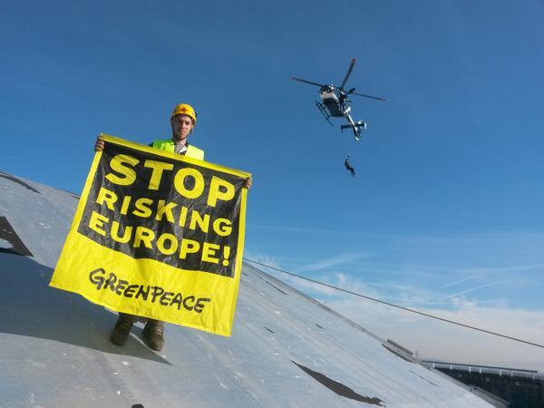 #action #fessenheim #TheEnd dénoncer, montrer, agir Depuis le dôme du réacteur http://t.co/wP1xOjYGMA tous concernés http://t.co/qJSWk3Ug5V