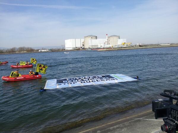 #action #Fessenheim #TheEnd la bannière flottant sur le Rhin l'avenir est aux renouvelables ! http://t.co/gv3FOl63ys
